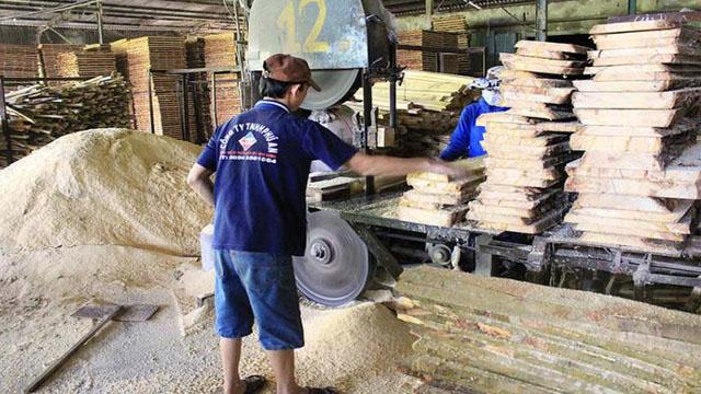 Xẻ gỗ bằng cưa vòng đứng